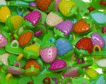 Kinderknoopje kleine aardbei MIX kleuren ca. 11x15 mm (ca. 200 stuks)