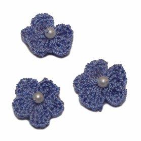 Gehaakt bloemetje blauw/lavendel met pareltje 20 mm (10 stuks)