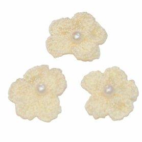 Gehaakt bloemetje ivoor met pareltje 20 mm (10 stuks)