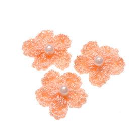 Gehaakt bloemetje zalm met pareltje 20 mm (10 stuks)