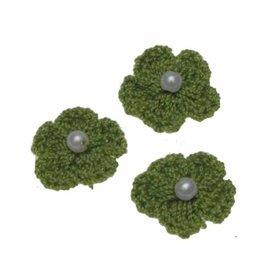 Gehaakt bloemetje legergroen met pareltje 20 mm (10 stuks)