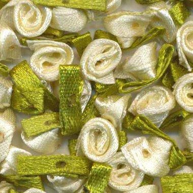 Satijnen roosjes op blad ivoor (ca. 100 stuks)