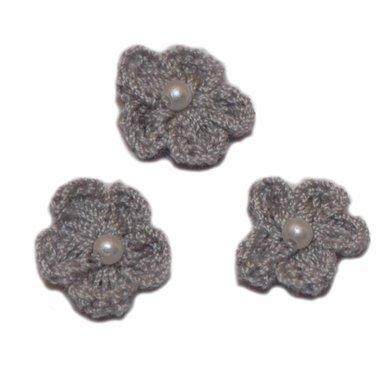Gehaakt bloemetje grijs met pareltje 20 mm (10 stuks)