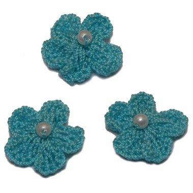 Gehaakt bloemetje licht blauw met pareltje 20 mm (10 stuks)