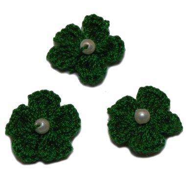 Gehaakt bloemetje donker groen met pareltje 20 mm (10 stuks)