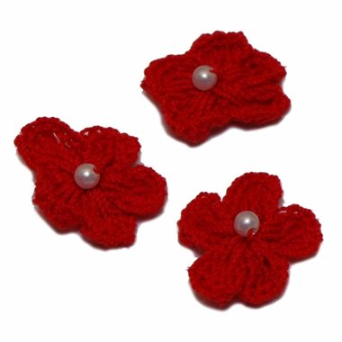 Gehaakt bloemetje rood met pareltje 20 mm (10 stuks)
