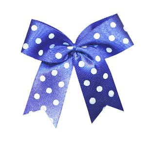 Satijnen strik kobalt blauw met witte stip 40x45 mm (ca. 100 stuks)