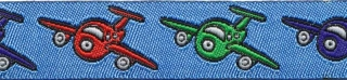 Blauw vliegtuigen sierband met rode, groene en donker blauwe vliegtuigjes 15 mm (ca. 22 m)