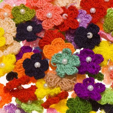 Gehaakt bloemetje met pareltje 20 mm MIX kleuren (100 stuks)