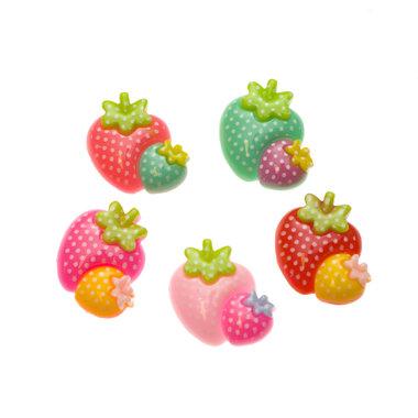 Flatback aardbeitjes met stipjes MIX kleuren 23x25 mm (100 stuks)