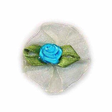 Roosje satijn blauw op creme organza blad 30 mm (10 stuks)