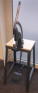 Professionele voet-/handpers op tafel voor drukknopen, holnieten, nestels, rivets e.d.