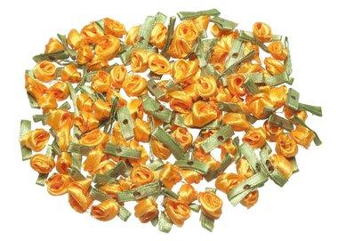 Satijnen roosjes op blad oranje (ca. 100 stuks)